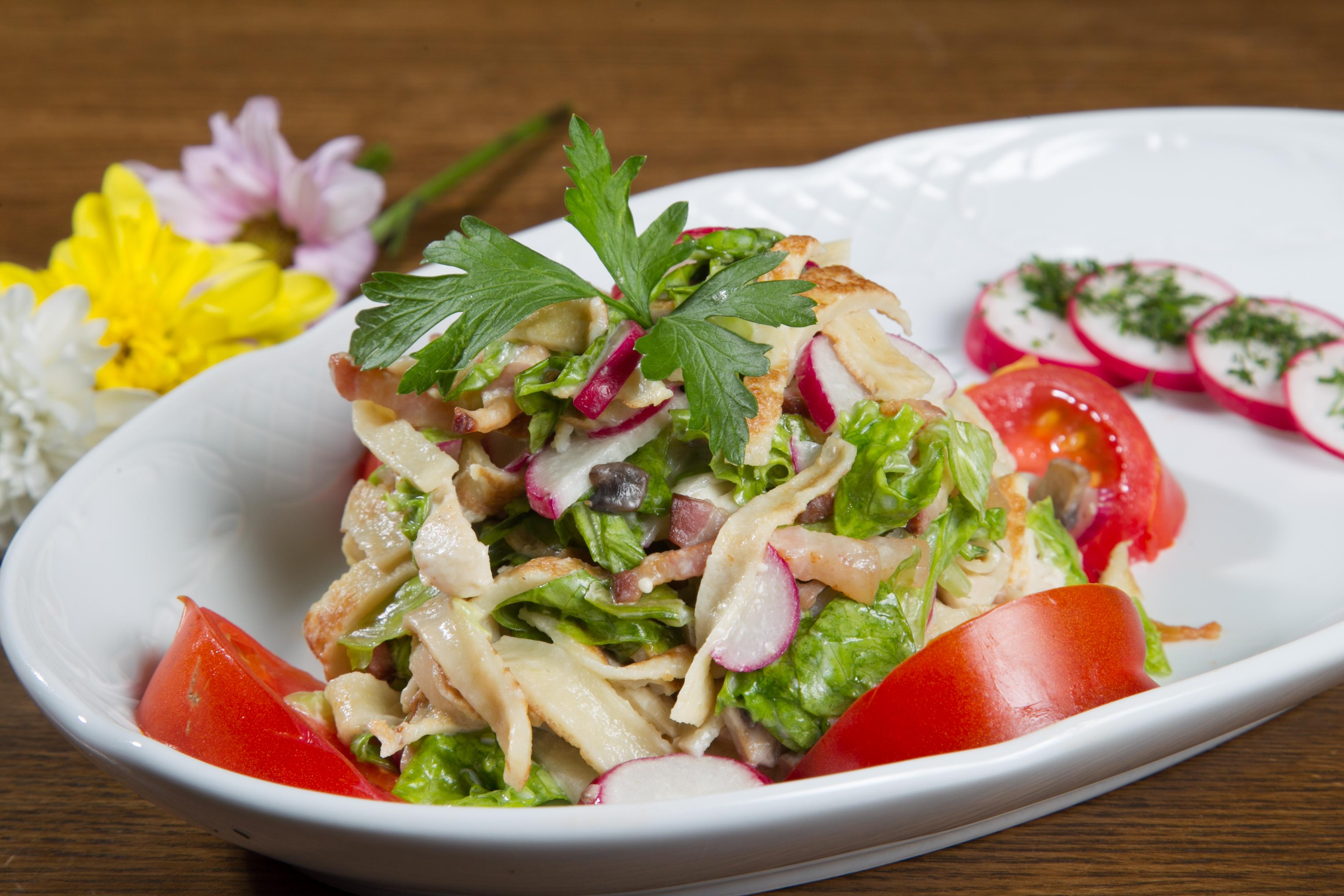 блинный салат с копченой колбасой