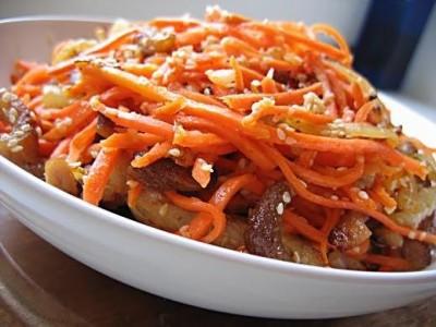 салат с копченой колбасой и корейской морковью и огурцом